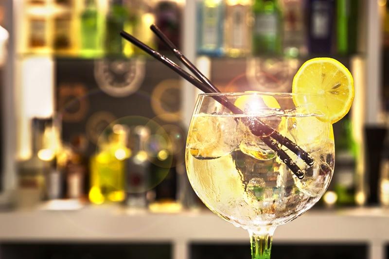 Taça com um drink de Gin