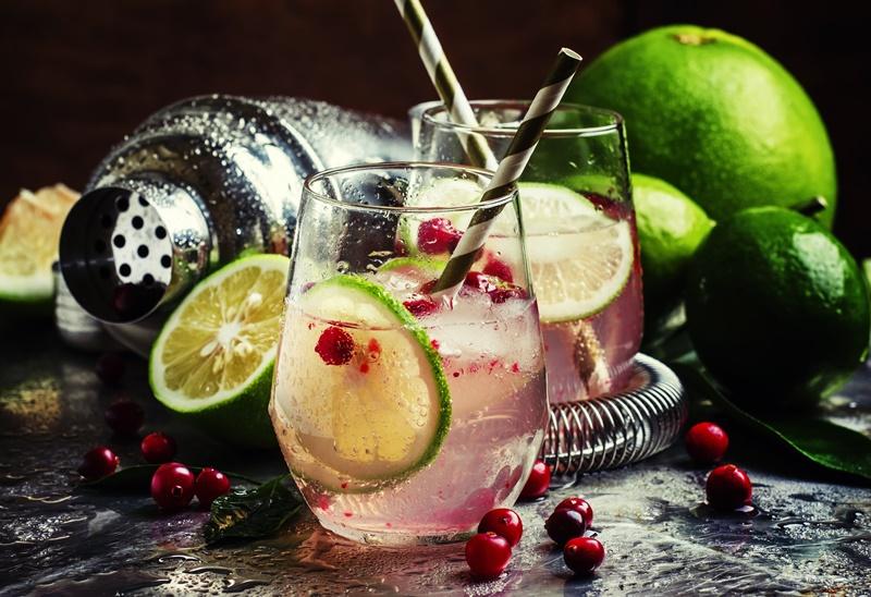 Drink de gin com pimentas e limão