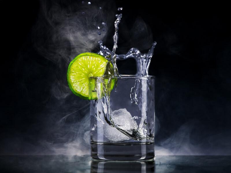 Gin em copo longo com rodela de limão e gelo