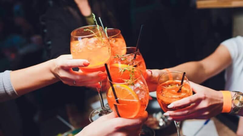 Gin em receitas deliciosas com pessoas brindando a vida