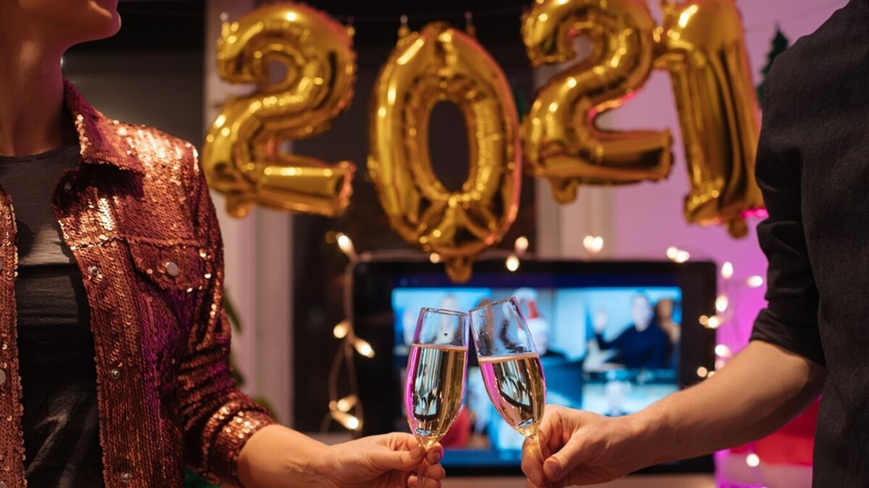 gin em brinde com taças longas e finas com balões festivos 2021 fundo de reunião remota isolamento social covid19