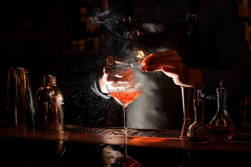 Gin Moscow Mule sendo preparado por bartender com avental preto