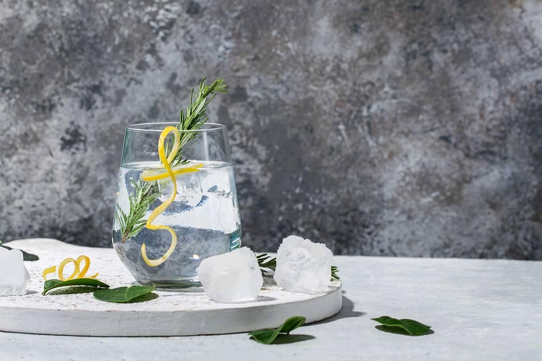 gin com chá e aromatizdo com alecrim